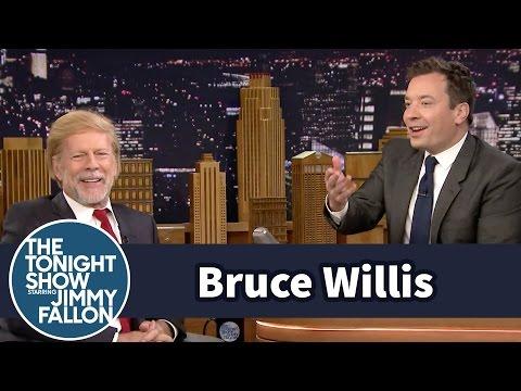 Bruce Willis parodia con peluquín a Donald Trump