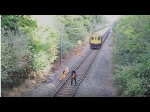 За секунду до смерти...В Италии работник железной дороги спас невнимательного велосипедиста