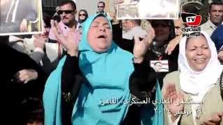 أنصار مبارك ينتقدون الإخوان بالغناء أمام المعادى العسكرى
