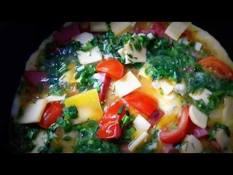 Яичница с сыром, помидорами и зеленью на завтрак