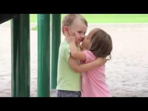 Dos niños besándose por primera ves   -muy tiernos, tienes que verlo-
