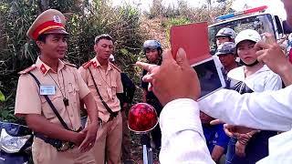 CSGT bắt em dân tộc bị cả làng suýt cho no đòn