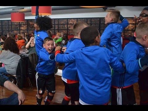 Feyenoord Jeugd viert doelpunt Kuyt op De Toekomst