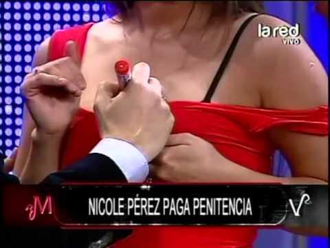 Nicole Pérez paga penitencia y Fuentes le hace un tatuaje en sus pechos