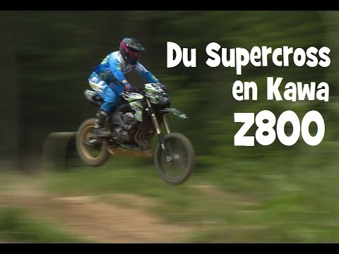 Une Kawasaki Z 800 fait du Supercross