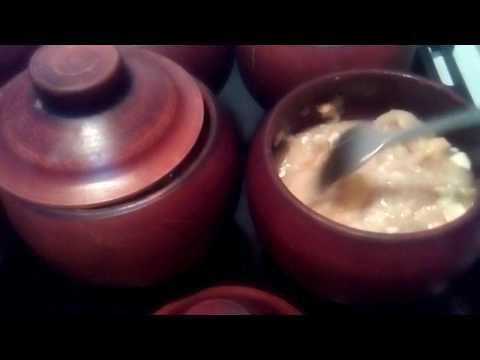 картофельный суп с пельмешками в глинянных горшочках в духовке