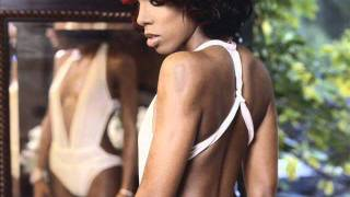 Watch Kelly Rowland Smooches video