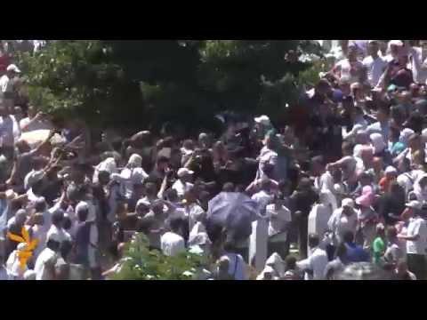 Serbian PM Vucic Flees Stone-Throwers At Srebrenica Memorial