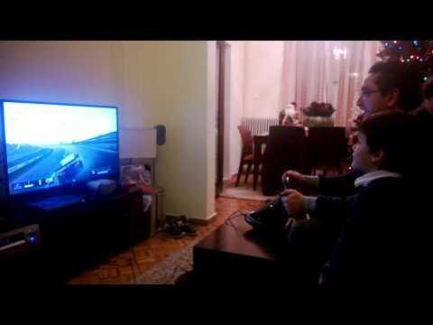 το παιδάκι παίζει με το νέο του PS3!!!