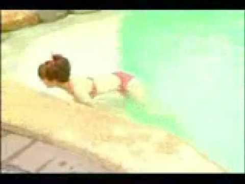 綾瀬はるかが赤いビキニ水着でプール