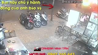 Bảo vệ lấy trộm đồ trong cốp xe của khách - Camera Minh Tâm