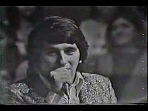 LOS IRACUNDOS CON EL LIDER EDUARDO FRANCO; EN UNA ACTUACION MEMORABLE EN CANAL 5, EN EL MES DE NOVIEMBRE 1970,ENTONANDO SU TEMA HIMNO : PUERTO MONTT ...