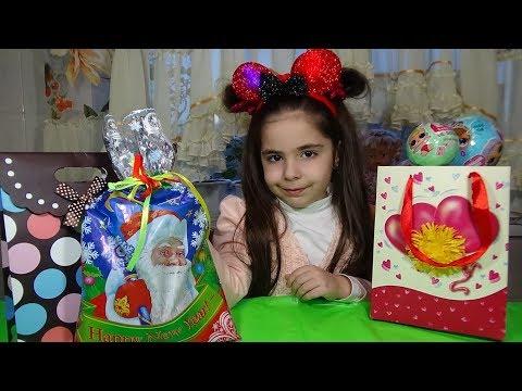 Диана и рома открывают новогодние подарки 51