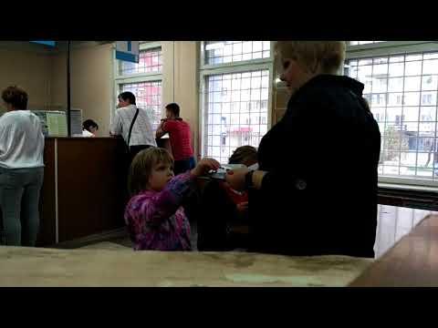 Женщина ведет себя неадекватно, а затем устраивает погром в отделении Почта России