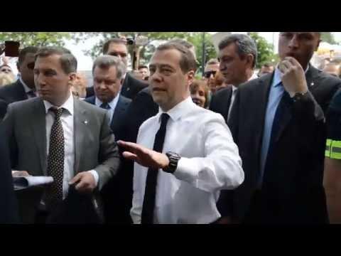 Медведев: Денег нет, но Вы держитесь здесь, вам всего доброго, хорошего настроения и здоровья
