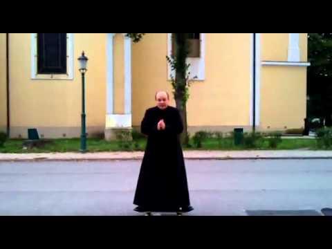 Священник на скейте