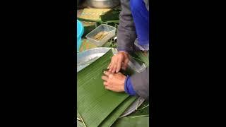 Gói bánh chưng bằng lá chuối xanh
