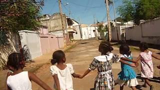 Enfants de la montagne -  EPP Tsiri - Diego Suarez chante dans la rue.