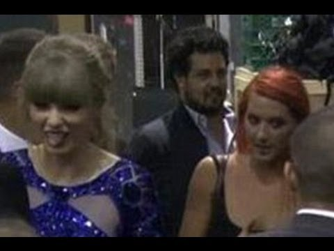 Taylor Swift Sticks Tongue Out At Jelena PDA & Disses Justin Bieber!