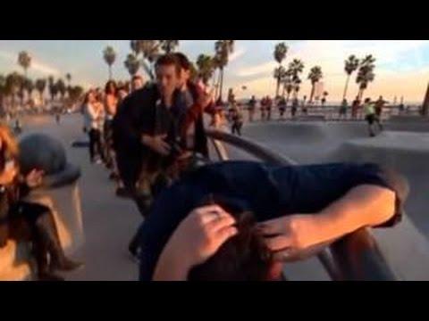A un reportero australiano le cayó una patineta en la cabeza mientras narraba en un skatepark en Estados Unidos. El periodista Mike Amor recibió el inesperado impacto cerca a la playa Venice Beach, de Los Ángeles, California. Afortunadamente, el australiano se encuentra bien de salud.