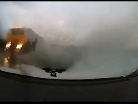 Водитель вовремя успевает протереть стекло