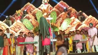 Samne Howe Yaar Tan Nachna Penda E by Kanwar Grewal Live