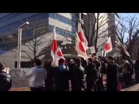 「桑田佳祐は国民に対して謝罪しろ!」サザン所属事務所・アミューズ前で抗議行動