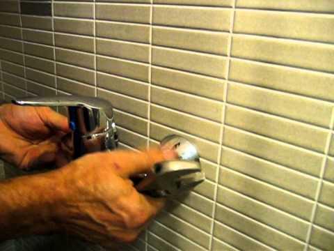 Montaje de grifo monomando para ducha.