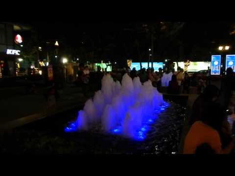 Цветной фонтан в парке Riverfront Asiatique