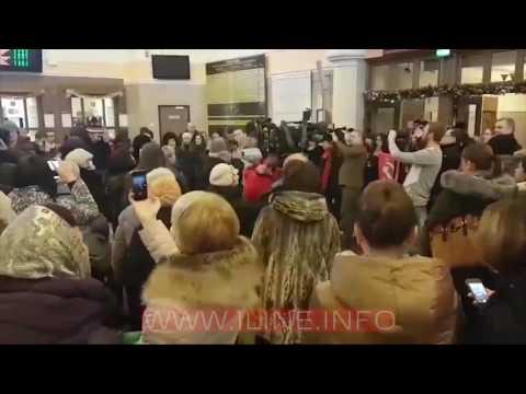 Красноярцы поют Эх, дороги! на вокзале