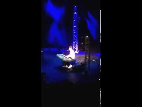 Girl screams @ a Bo Burnham show & he stops a song to address it