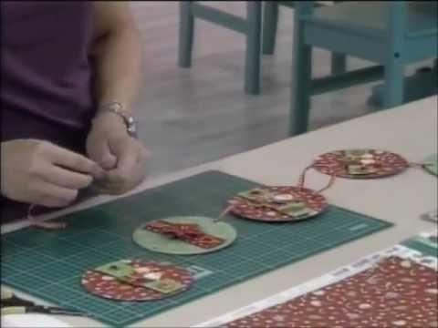 Raquel Carvalho - Artesã - Enfeite de Natal de Scrapbook com CDs Usados