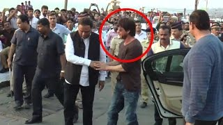 Shahrukh Khan Spotted In Front of His House Mannat At Bandstand