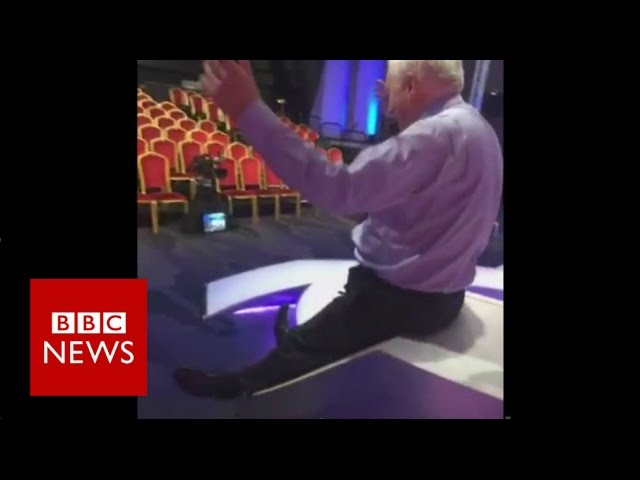 David Dimbleby slides down new Question Time set - BBC News