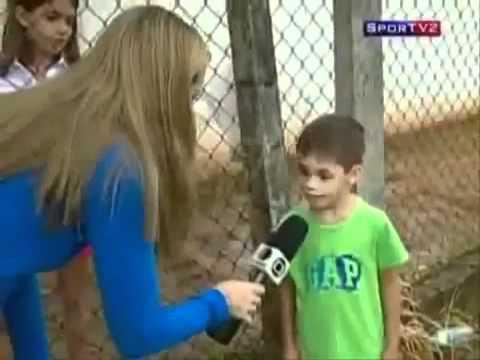 Repórter faz pergunta idiota e paga mico