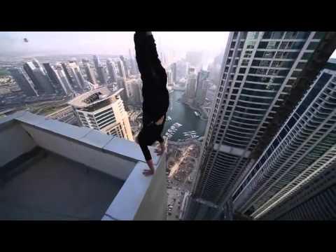 Hombre realiza acrobacias en la cima de un rascacielos de dubai