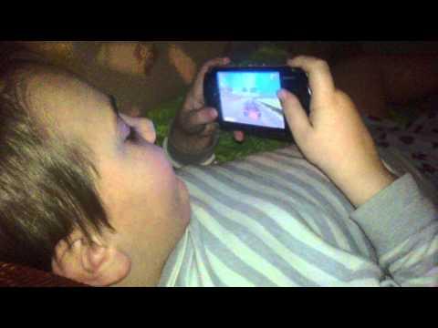 Опасный поцик Антон играет в Burnout Legends на PSP