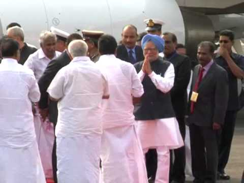 Warm welcome to Prime Minister by Kerala Chief Minister Shri.Oommen Chandy at Kochi Naval Airport