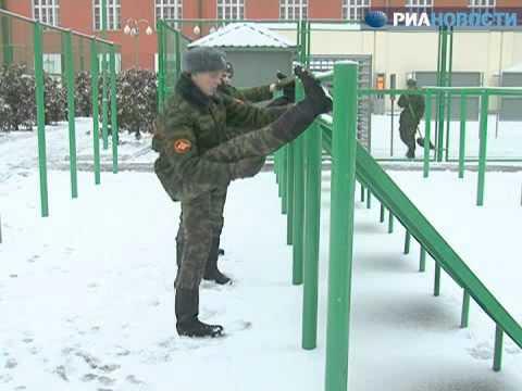 Солдаты Почетного караула жонглируют карабином