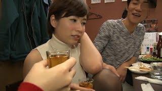 日本電影:新婚妻子穿黑絲襪去參加酒會,卻被男同事們灌醉了