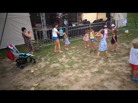 Így táncoltak a gyerekek a Hahó együttes koncertjén Párkányban