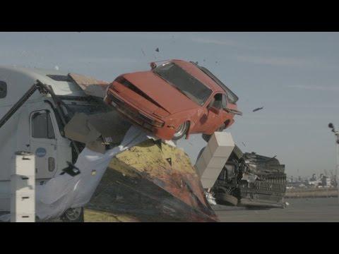 尖った装甲を付けたトラックで何もかも破壊する大迫力映像!
