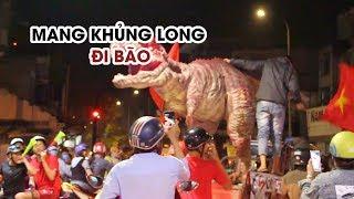 Việt Nam hòa Malaysia, CĐV vác cả khủng long ra đường ĐI BÃO