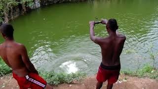 Lagoa da Pedreira - Rapazes Saltando na Água #1