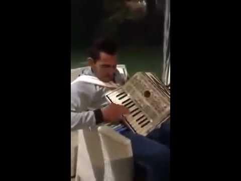 Carlos Tevez toca el acordeón