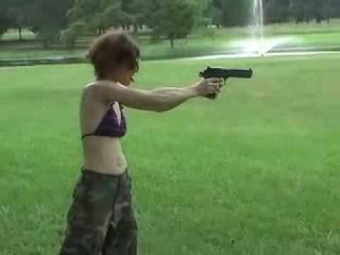 mujer estupida casi se mata de un tiro en la cabeza