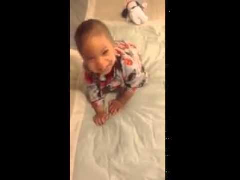 Малыш проснулся в танце!