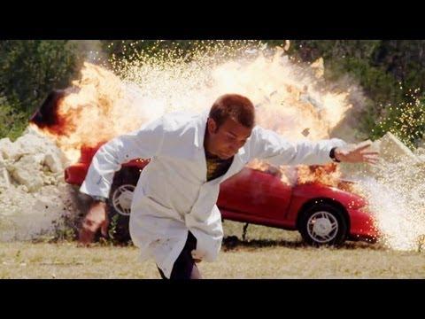 Výbuch kabrioletu ve zpomaleném záběru