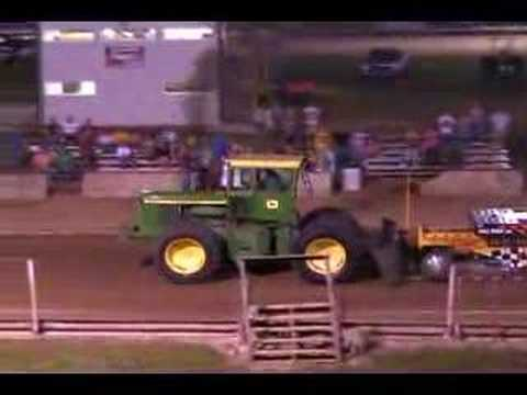 JOHN DEERE 7520 PULLING Video