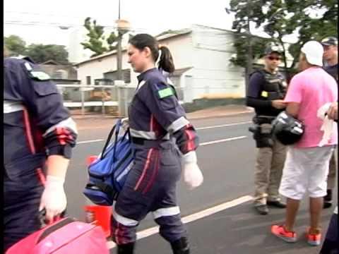 CASAL SOFRE QUEDA DE MOTO NA AV COLOMBO EM MARINGÁ MULHER FICA FERIDA